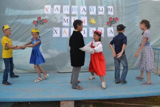 Мисс и мистер в конкурсе в летнем лагере